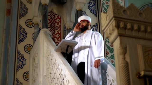imam speaking to people in mosque - ramadan kareem стоковые видео и кадры b-roll