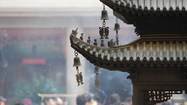 immortal and beasts on the eaves of the building in shanghai jingan temple, imperial yellow roof decorations, wind bells under eaves sway with the wind, high speed video, slow motion. - tempio video stock e b–roll