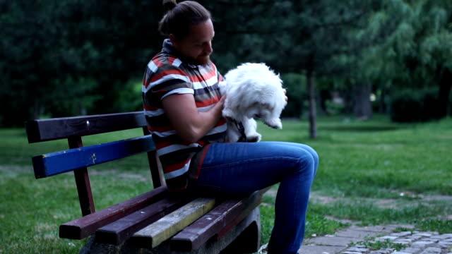 stockvideo's en b-roll-footage met ongeduldig hond - alleen één mid volwassen man