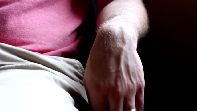 otålig nervös man som sitter i kontorsstol väntar en läkare utnämning - missbruk koncept bildbanksvideor och videomaterial från bakom kulisserna