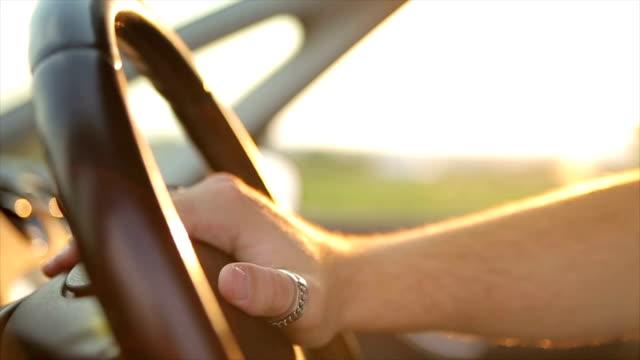 impaziente giovane segnale acustico nel traffico - rabbia emozione negativa video stock e b–roll