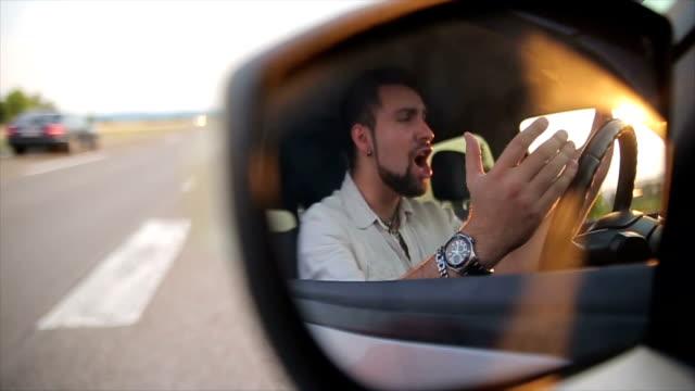 Jeune impatient bip dans la circulation - Vidéo