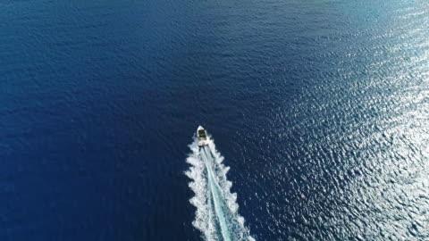vidéos et rushes de impétueusement se déplaçant de lancement dans la mer méditerranée, plage de nissi, ayia napa, chypre. drone aérien tourné. - transport nautique