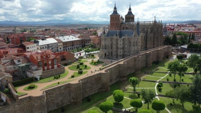 背景に印象的なアストルガカトリック大聖堂とエピスコパル宮殿 - 各国の観光地点の映像素材/bロール