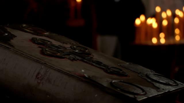 stockvideo's en b-roll-footage met 2 in 1 oude kerk boek met een kruis op het - heilig geschrift
