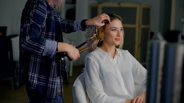vidéos et rushes de dans un salon de beauté. le styliste et client, parler à vos amis de rire. professionalnaf coiffure - salons et coiffeurs