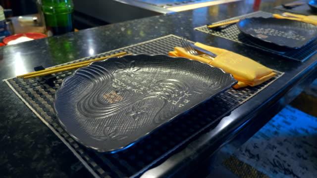 i en japansk restaurang, ett bord och olika traditionella bestick för mat - empty plate bildbanksvideor och videomaterial från bakom kulisserna