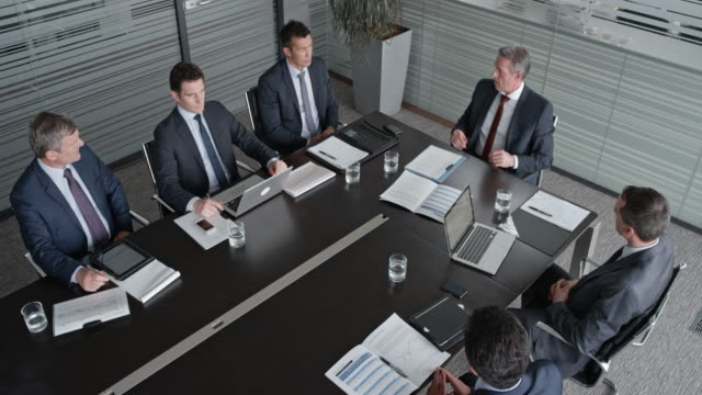 ld ceo in a meeting with five businessmen in the conference room - men filmów i materiałów b-roll