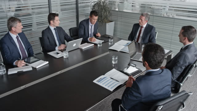 ld-ceo bei einem treffen mit dem vorstand - generaldirektor oberes management stock-videos und b-roll-filmmaterial