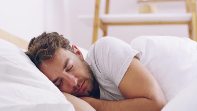 in un sonno tranquillo - sonnecchiare video stock e b–roll