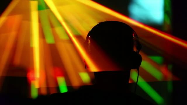 vídeos de stock, filmes e b-roll de hd dj de discoteca vista traseira - dj