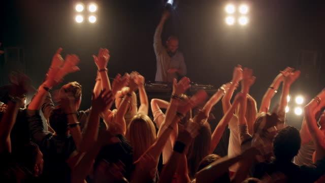 vídeos de stock, filmes e b-roll de dj de discoteca - dj