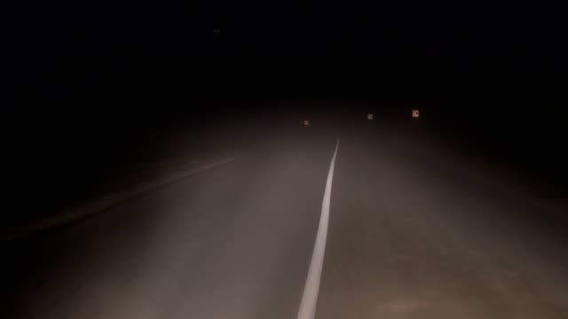 stockvideo's en b-roll-footage met in het besturen van een auto op weg in de nacht in zware mist en slecht zicht op de turn - mist donker auto