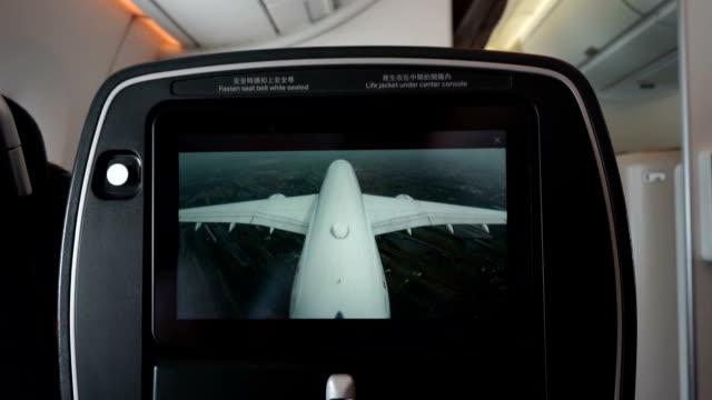 비행에서 엔터테인먼트 화면 표시 외부 라이브 카메라 보기 - airplane seat 스톡 비디오 및 b-롤 화면