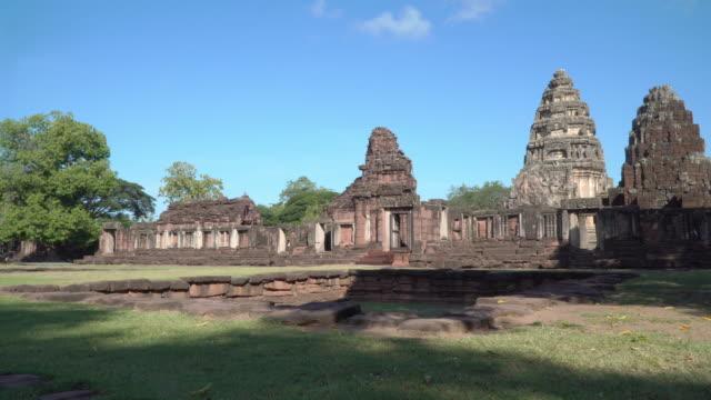 vor der burg phimai - kambodschanische kultur stock-videos und b-roll-filmmaterial