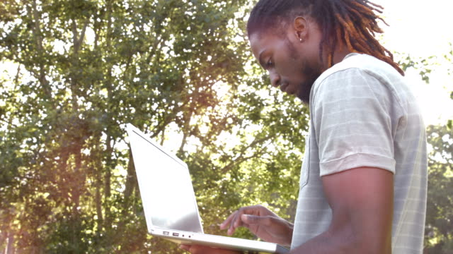 in hochwertigen format gut aussehend hipster mit seinem laptop - 20 24 jahre stock-videos und b-roll-filmmaterial
