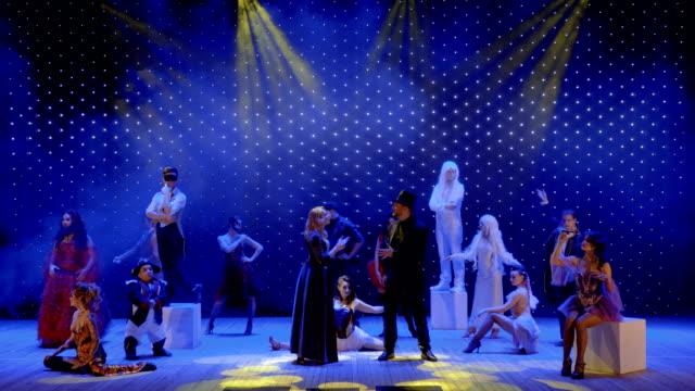stockvideo's en b-roll-footage met verliefd zingt paar samen op het podium in het moderne theater - vetschmink