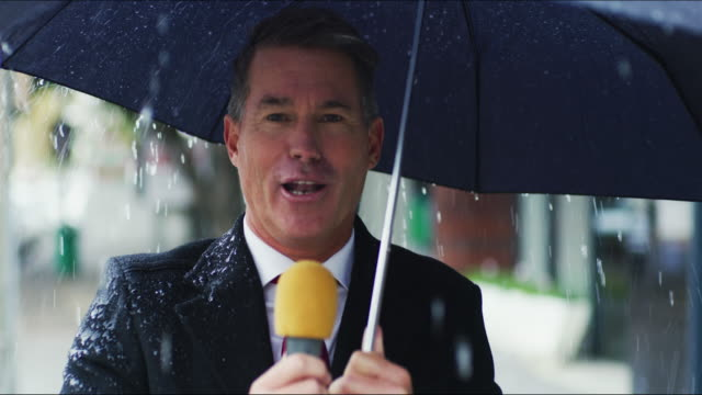 vídeos de stock e filmes b-roll de in other news it's a rainy day in the city - weatherman