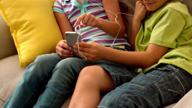 スローモーションでお子様 2 listenning 音楽 - 姉妹点の映像素材/bロール