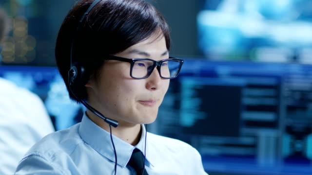 カスタマー サポート センターの代表が呼び出し、ヘッドセットを介して顧客との協議します。 - オペレーター 日本人点の映像素材/bロール