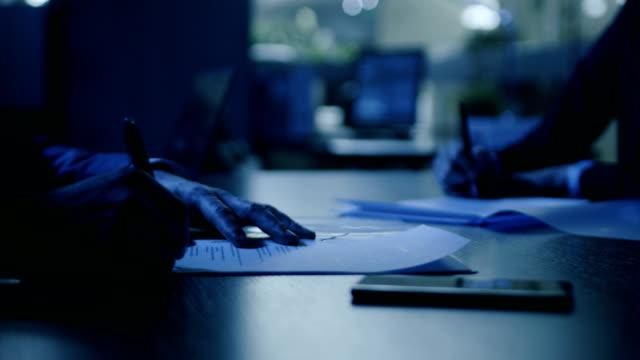 暗い後半夜オフィス クローズ アップ手の実業家と署名契約ながら揺れ手のビジネスマンに。怪しげな取引内部者取引します。モダンな会議室のスタイリッシュな人々。 - スパイ点の映像素材/bロール