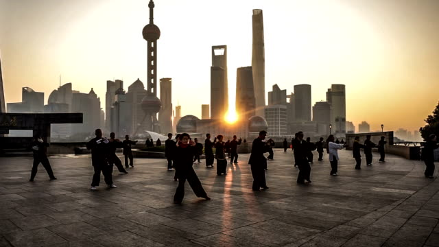 vídeos y material grabado en eventos de stock de temprano en la mañana, la gente taijiquan en el bund, shanghai, china - artes marciales