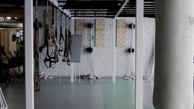 stockvideo's en b-roll-footage met in de lege sportschool is er professionele apparatuur voor cross-fit - sportartikelen