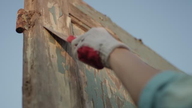 vídeos de stock e filmes b-roll de diy in the garden. renovating old wooden doors - bricolage