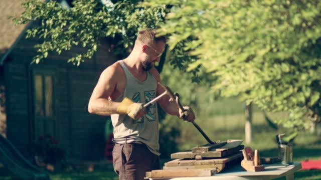 vídeos y material grabado en eventos de stock de bricolaje en el jardín. renovar viejos muebles de madera - jardinería