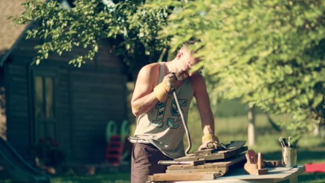 BRICOLAGE dans le jardin. Rénovation de vieux meubles en bois - Vidéo