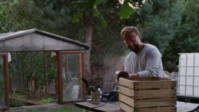vídeos de stock e filmes b-roll de diy in the garden - engradado