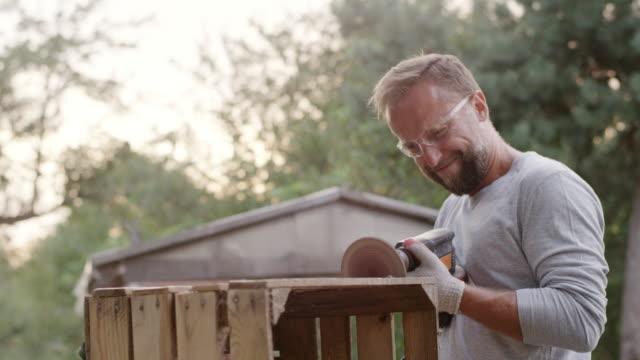 diy in the garden - solo un uomo giovane video stock e b–roll
