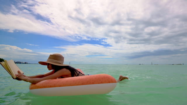 i havet på sommaren - inflatable ring bildbanksvideor och videomaterial från bakom kulisserna