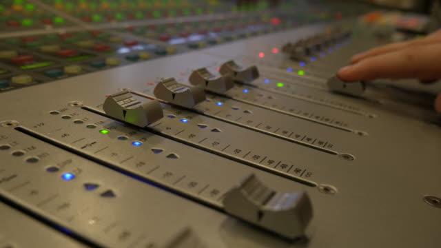 vídeos de stock, filmes e b-roll de no mistura estúdio de som - dj