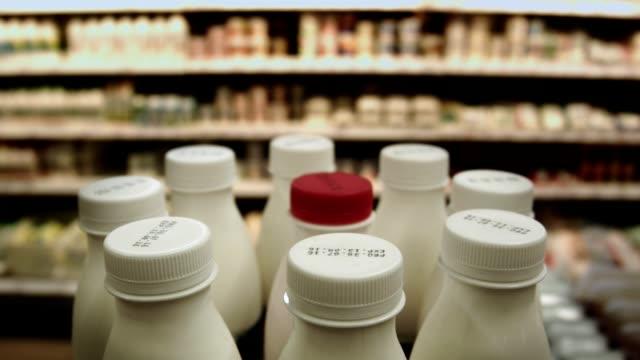 i departementet stormarknad mejeri - dagligvaruhandel, hylla, bakgrund, blurred bildbanksvideor och videomaterial från bakom kulisserna