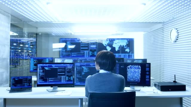 システムの制御監視室のオペレーターは、複数表示されグラフィック, 物流, ニューラル ネットワークで動作します。データ センターは、光と高度技術のフルです。 - スーパーコンピューター点の映像素材/bロール