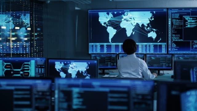 i system kontroll rummet chief operator klockor skärmar med satellit data. övervaknings stationen har kapacitet för global data och övervakning, varje interaktion visas i real tid på bildskärmar - realtid bildbanksvideor och videomaterial från bakom kulisserna