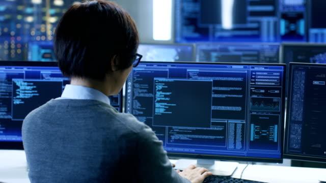 システム制御室のテクニカル オペレーターは立っているし、グラフィックと複数のディスプレイでの様々 な活動を監視します。人工知能、大きなデータ マイニング、ニューラル ネットワーク、監視プロジェクトの管理者モニター作業。 - スーパーコンピューター点の映像素材/bロール