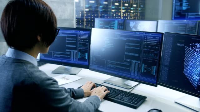 システム制御室のテクニカル オペレーターは複数表示されグラフィックス ワークステーションで動作します。可能な発電所/空港ディスパッチャー/データ センター/政府監視/プログラムのシナリオをスペースします。 - パソコン 日本人点の映像素材/bロール
