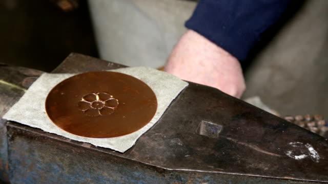 i verkstaden för en coppersmith: inristar en koppar medalj - empty plate bildbanksvideor och videomaterial från bakom kulisserna
