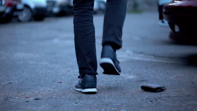 不留神男滴錢包, 在街上拿錢包的傢伙, 城市生活方式 - 銀包 個影片檔及 b 捲影像