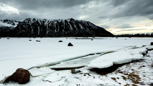LAPSO DE TIEMPO: Entrante de difusión en costa del ártico - vídeo
