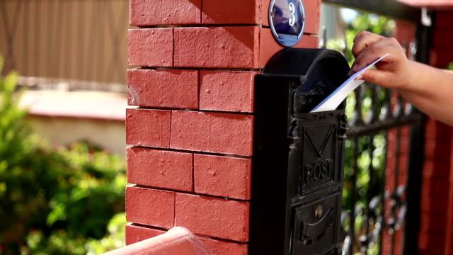 incoming letter - postal worker 個影片檔及 b 捲影像