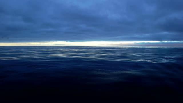 vídeos y material grabado en eventos de stock de las tempestades de truenos sobre océanos - marea