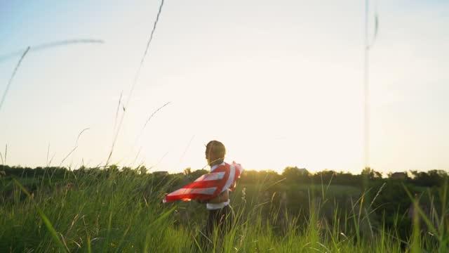 bağımsızlık günü. rüzgarda esen amerikan bayrağıyla koşan kadın - memorial day stok videoları ve detay görüntü çekimi