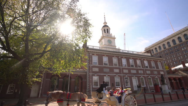 independence hall in philadelphia, pennsylvania - coloniale video stock e b–roll