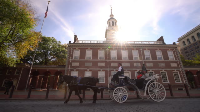 independence hall in philadelphia, pennsylvania - sehenswürdigkeit stock-videos und b-roll-filmmaterial