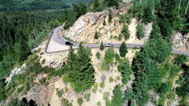 vídeos de stock, filmes e b-roll de independência passar carros de condução perigosa estrada de montanha exposed - independence pass