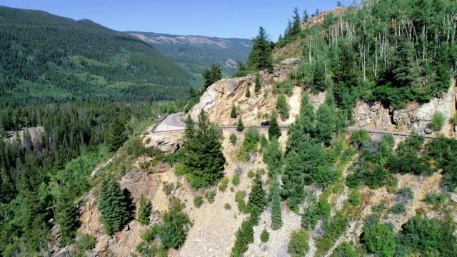 vídeos de stock, filmes e b-roll de estrada de montanha de independência passe alta nas montanhas rochosas - independence pass