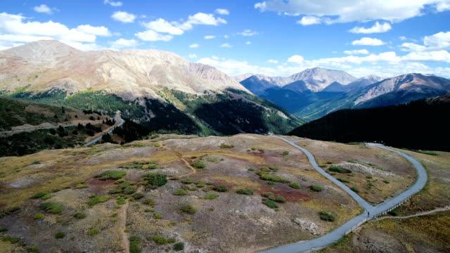 vídeos de stock, filmes e b-roll de passe de independência a avançar sobre os incríveis picos das montanhas rochosas - independence pass
